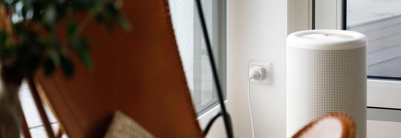 Eine smarte Steckdose wird an Steckdose genutzt