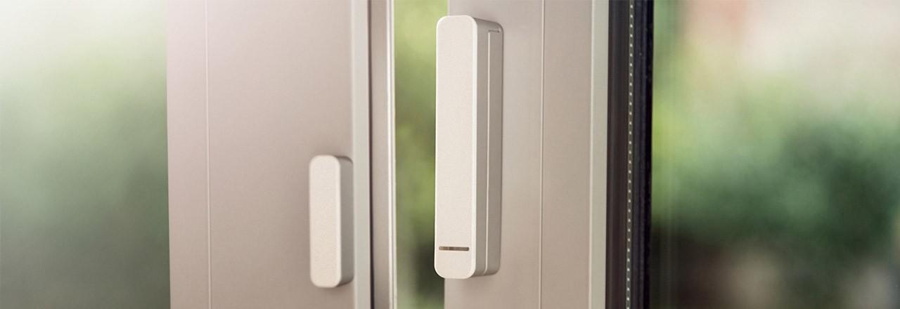 Montierter smarter Kontaktsensor an Fenster
