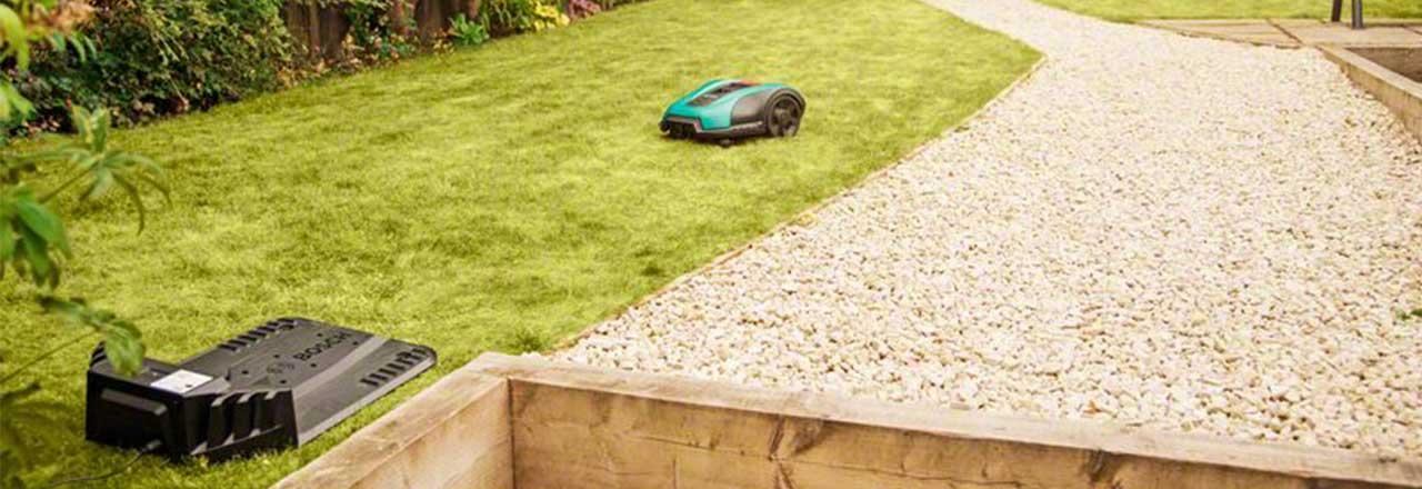 Smarter Mähroboter in Garten mit Ladestation