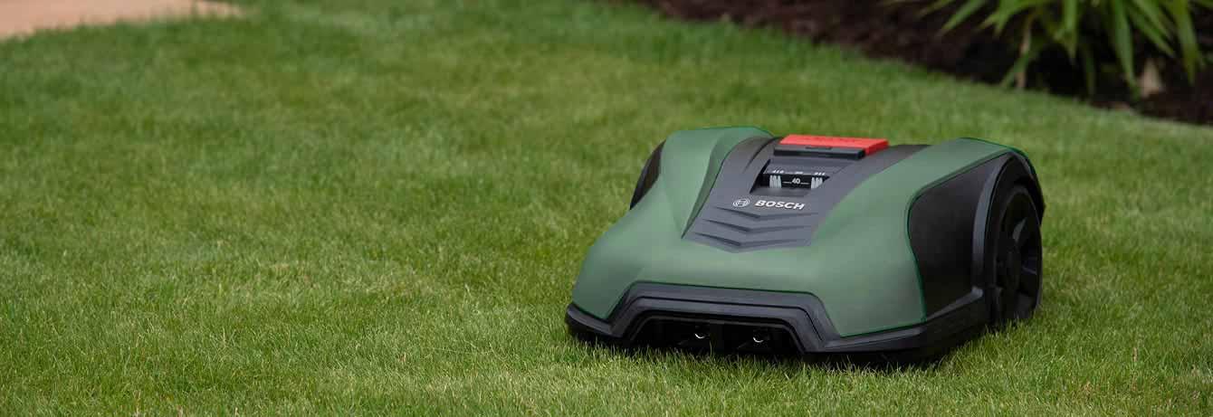 Smarter Bosch Mähroboter in Garten