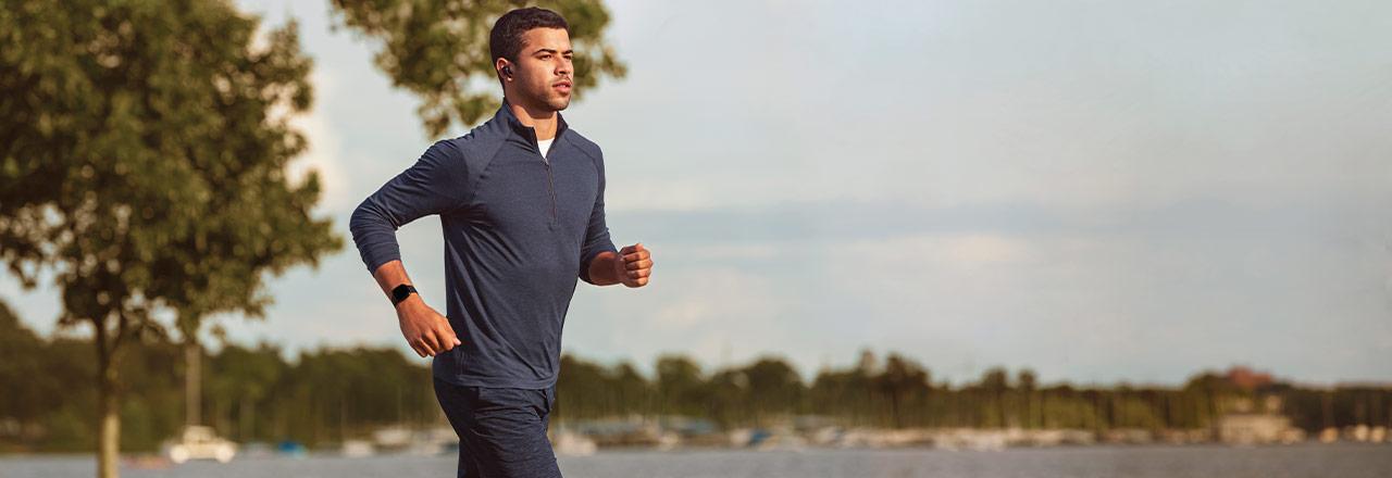 Mann beim Joggen mit Fitbit Versa 3