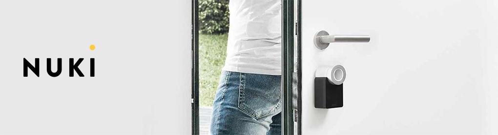 Tür mit smartem Nuki Türschloss und Nuki Logo