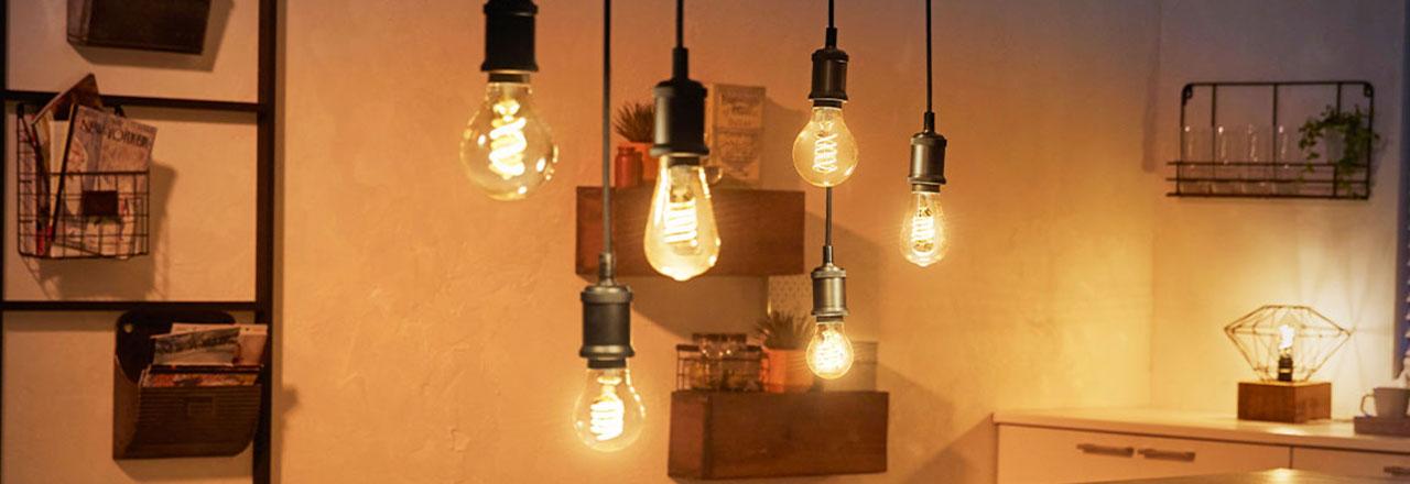 Mehrere smarte Philips Hue Filament Glühbirnen in Wohnzimmer