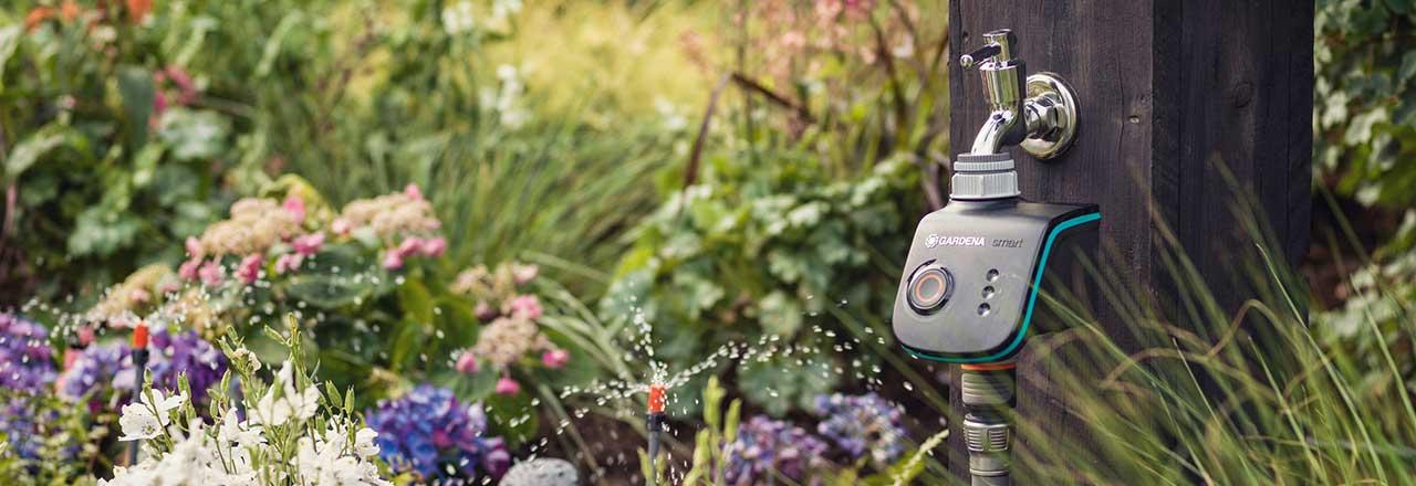 Smartes Gardena Bewässerungsgerät in Blumenbeet