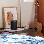 Sonos One WLAN-Lautsprecher mit Sprachsteuerung in schwarz auf einem Tisch stehend