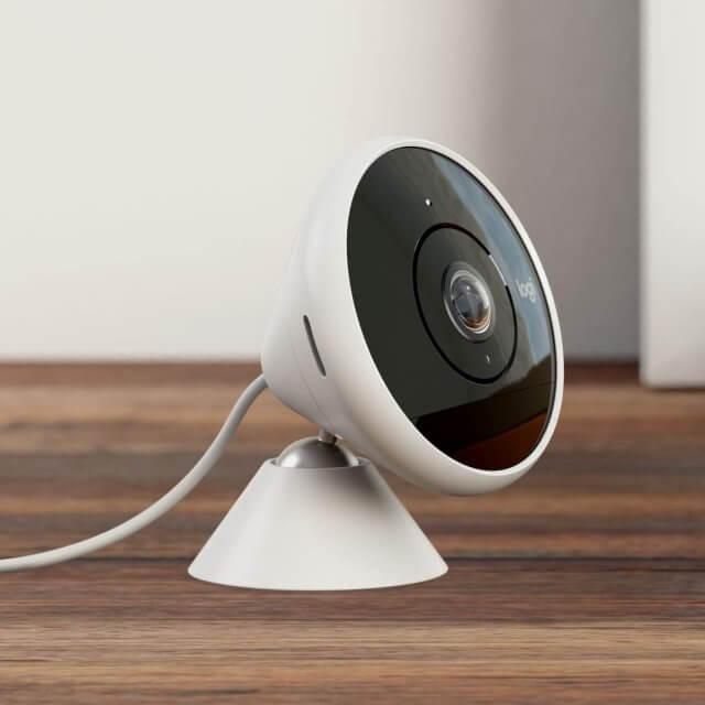 Logitech Circle 2 - kabelgebundene Sicherheitskamera innen/außen- Weiß auf Tisch