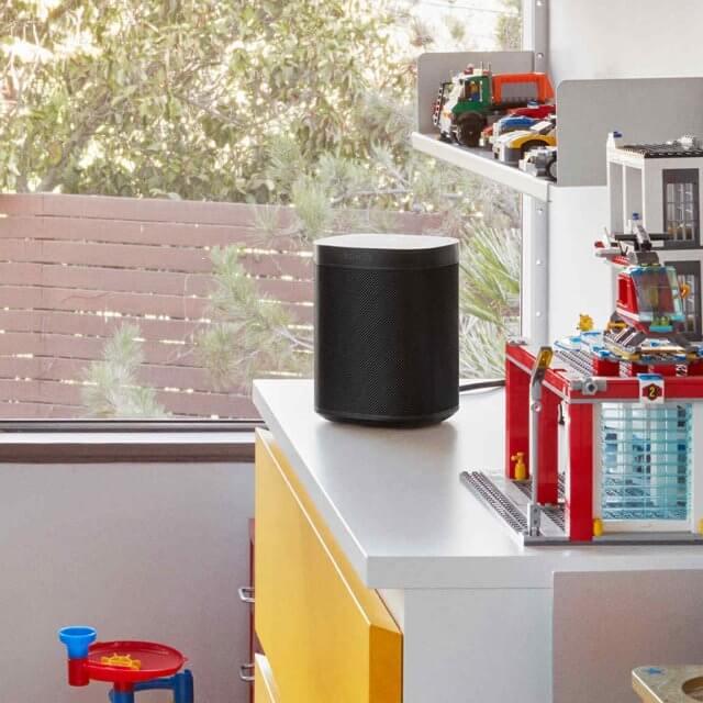 Sonos One WLAN-Lautsprecher mit Sprachsteuerung in schwarz auf einem Regal stehend