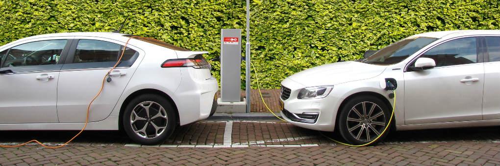 Zwei Elektroautos werden an Ladesäule geladen