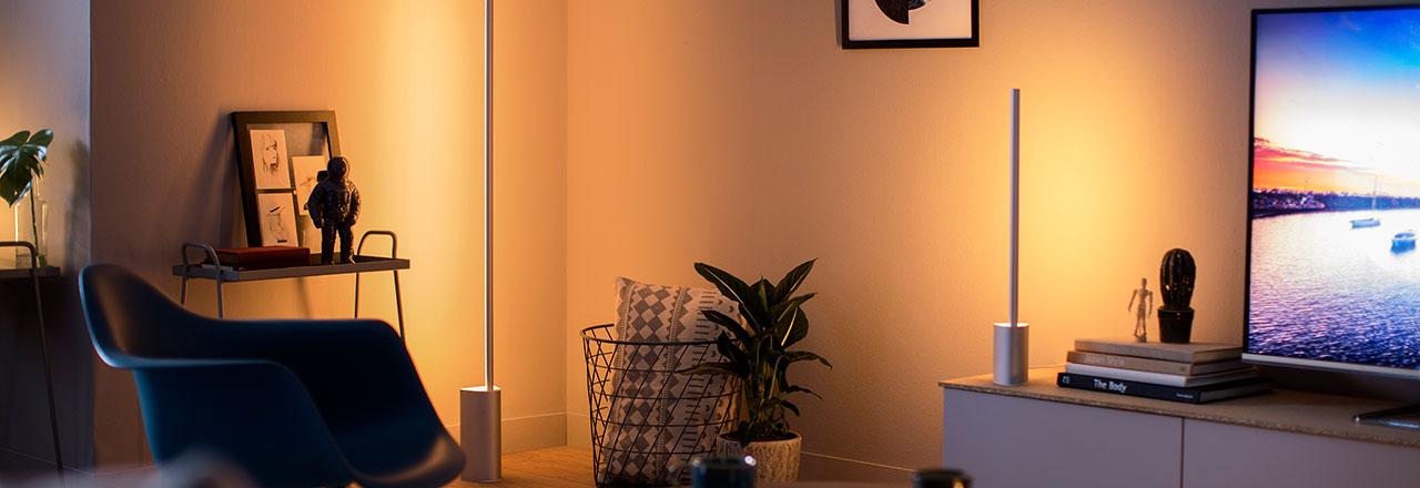 Wohnzimmer mit smarter Philips Hue Beleuchtung in warmen Licht