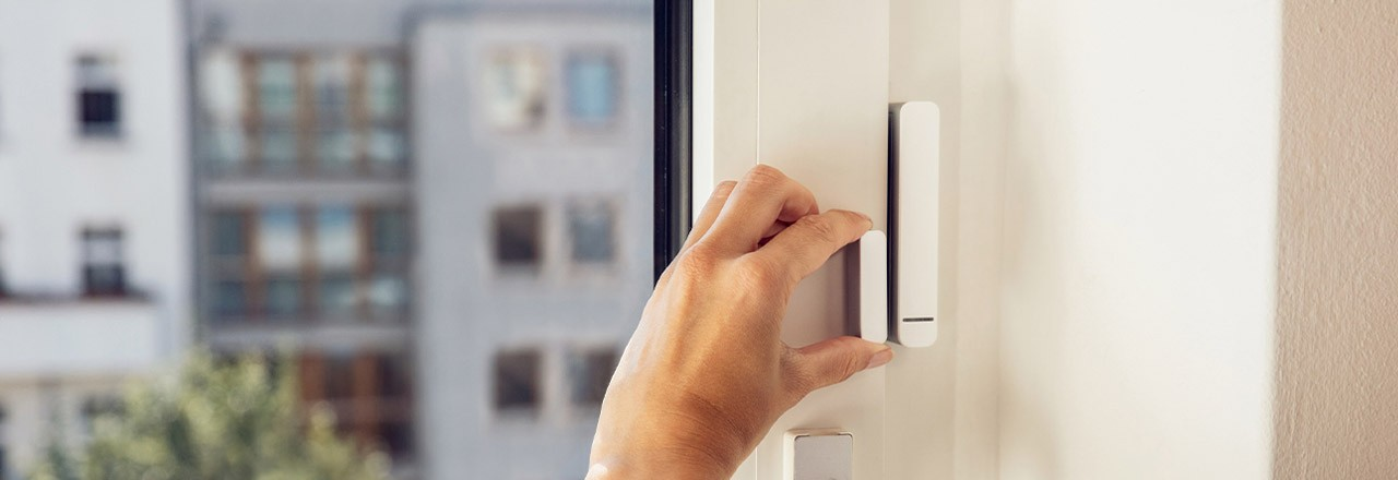 Hand montiert smarten Kontaktsensor an Fenster