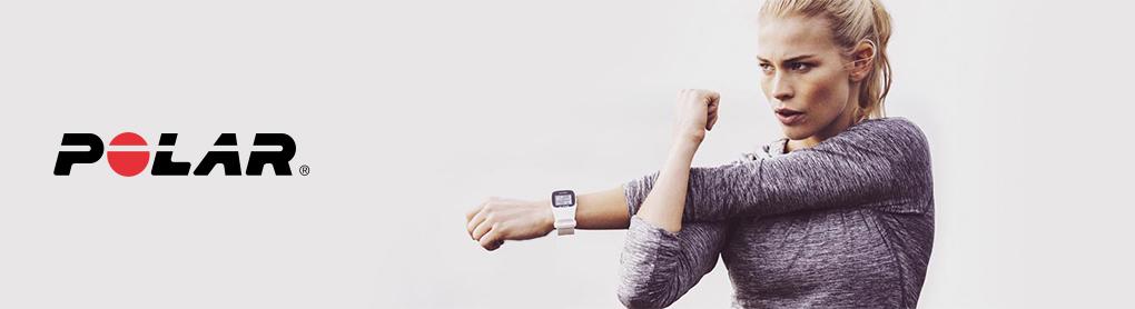 Frau dehnt sich beim Sport mit Polar Smartwatch neben Polar Logo