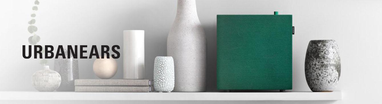 Smarter Urbanears Lautsprecher auf Sideboard neben Vasen und Urbanears Logo