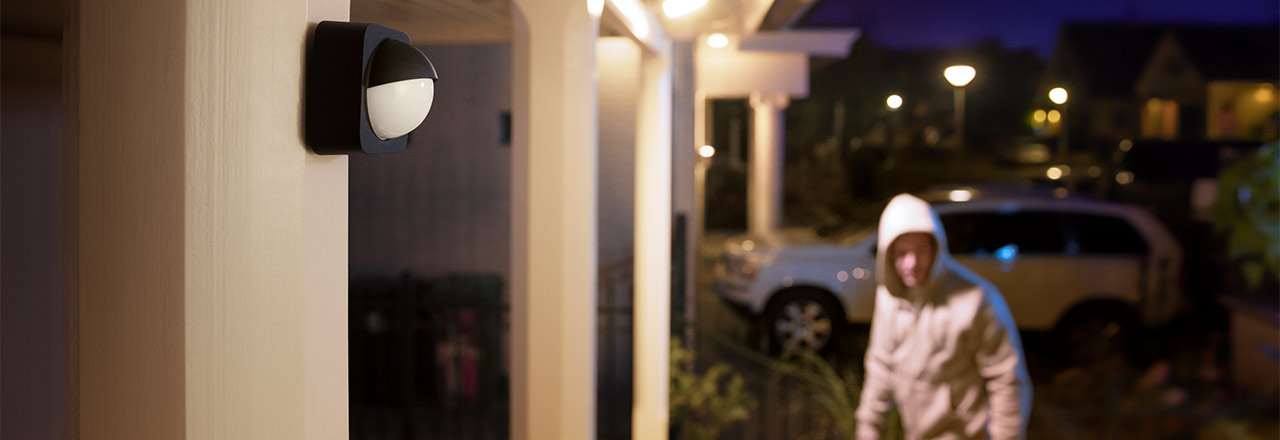 An Haus installierter Philips Hue Outdoor Sensor bei Nacht