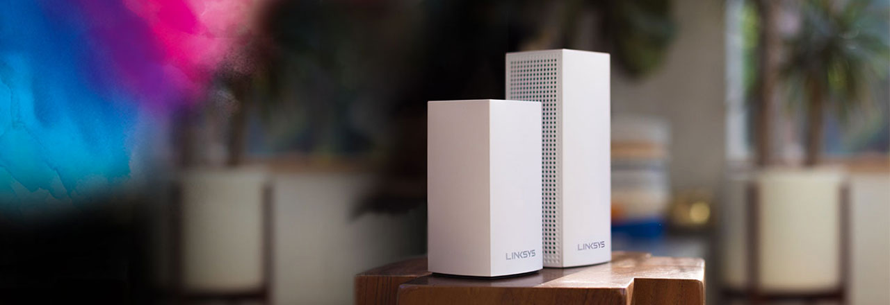 Nahaufnahme von smarten Linksys WLAN Mesh Geräte in Wohnzimmer