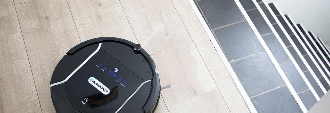 Smarter Blaupunkt Saugroboter an einem Treppenabsatz
