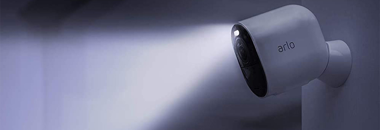 Smarte Arlo Überwachungskamera an Wand montiert