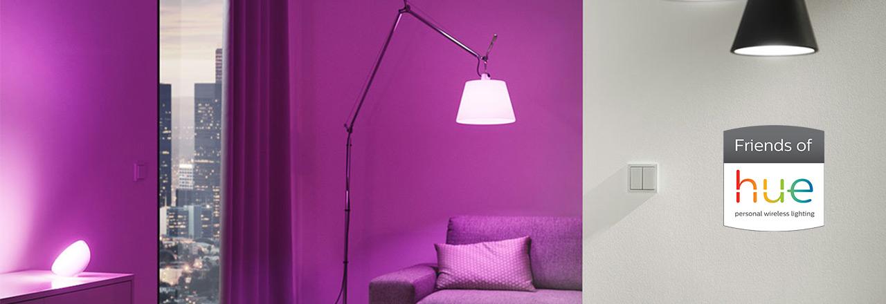Busch Jaeger Friends of Hue Schalter mit zwei Leuchten im Wohnzimmer