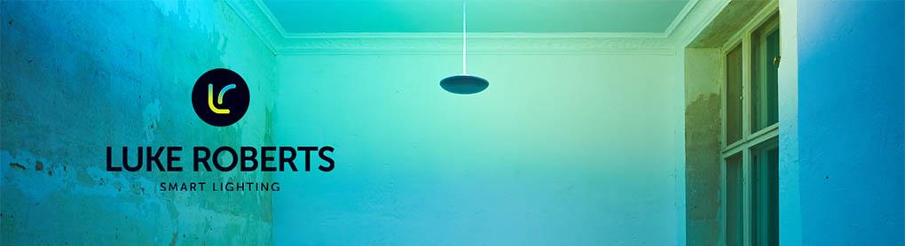 Blau und Grün beleuchteter Raum mit smarter Luke Roberts Hängelampe
