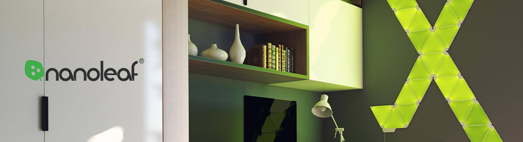 An Wand montierte smarte Nanoleaf Lichtpanele mit grünem Licht neben Nanoleaf Logo