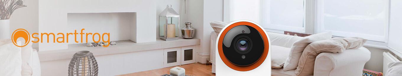 Smarte Smartfrog Kamera in Wohnzimmer neben Smartfrog Logo