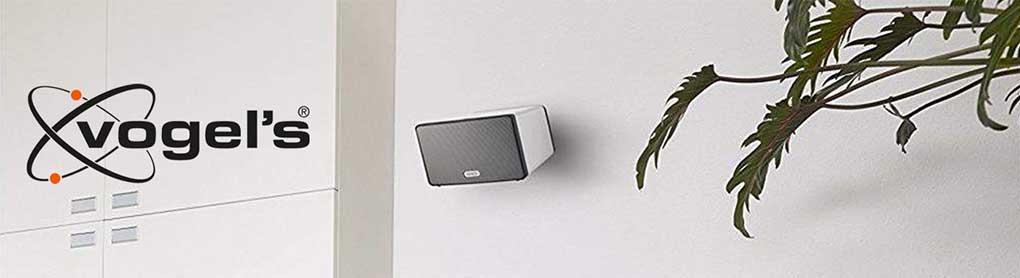 Montierter SONOS Lautsprecher mit Vogel's Halterung neben Vogel's Logo