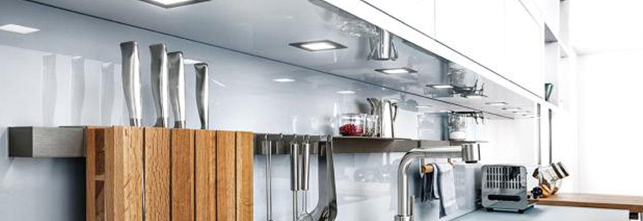 Küchenzeile mit eingebauten smarten Spotlampen
