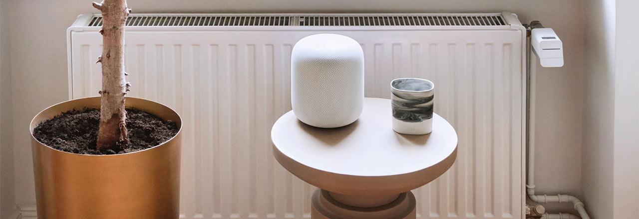 Apple Homepod auf Beistelltisch mit Bosch Heizkörperthermostat