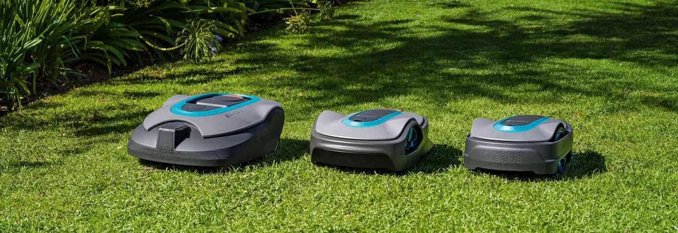 Drei verschiedene smarte Gardena Mähroboter in Garten
