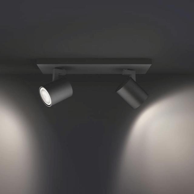 Philips Hue Runner LED 2-er Spot 2x250lm in schwarz in seitlicher Ansicht in dunkler Umgebung mit weißem Licht