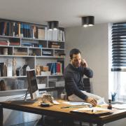 Philips Hue Pillar LED 2-er Spot 2x250lm in schwarz an Decke angebracht