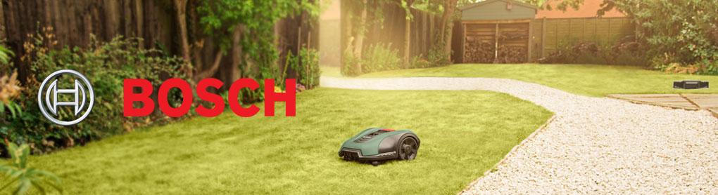 Smarter Mähroboter in Garten mit Bosch Logo
