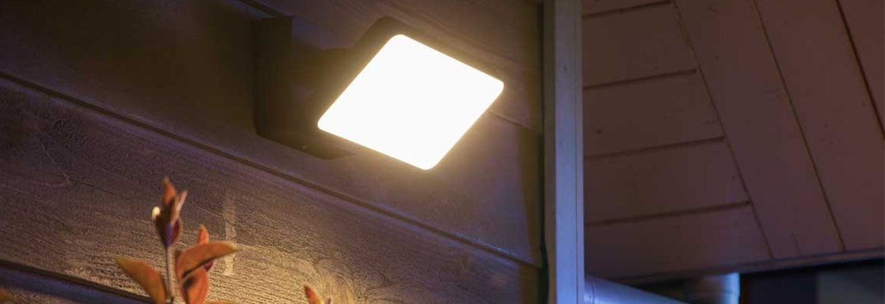 Smartes Philips Hue Flutlicht an Hauswand installiert