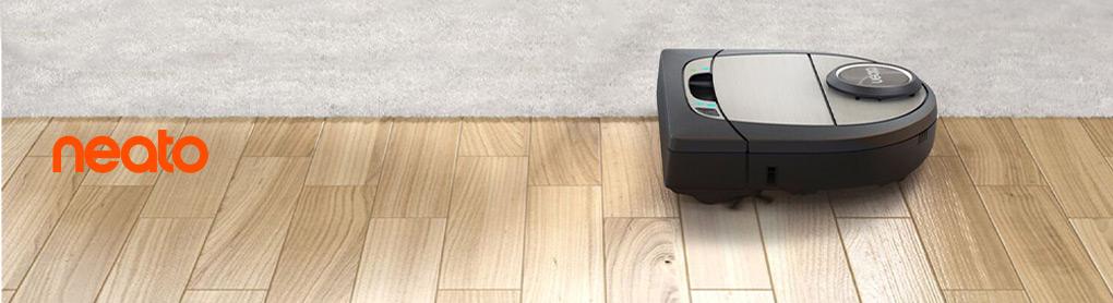 Smarter neato Saugroboter in Wohnzimmer neben neato Logo
