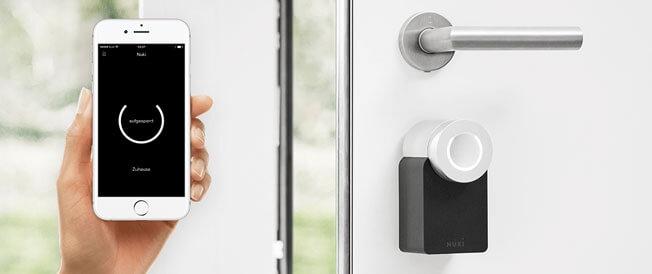 smartes Türschloß installiert mit App-Ansicht