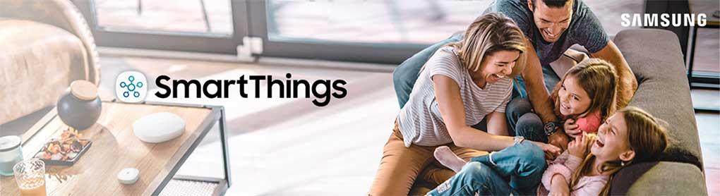 Glückliche Familie auf Sofa mit Samsung SmartThings Logo