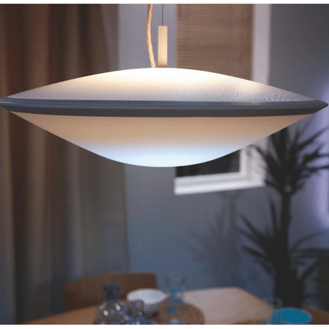 Philips Hue Withe Ambiance Phoenix Pendelleuchte in weiß in dunkler Umgebung
