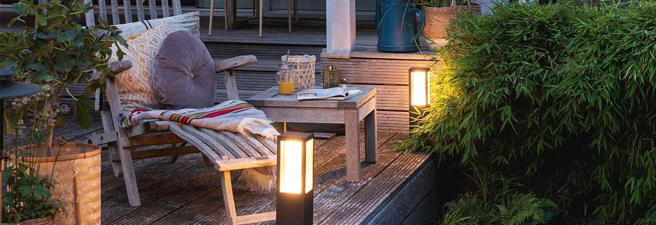 Terrasse mit Liege und smarter Aussenlampe