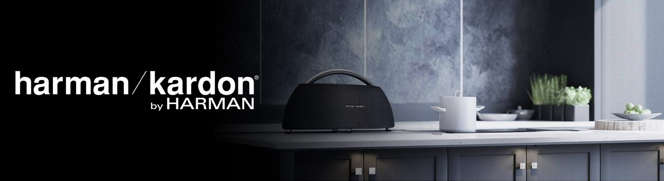 Küchenzeile mit smartem harman/kardon Lautsprecher neben harman/kardon Logo