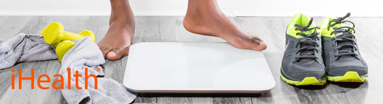 Füße auf smarter Waage mit Sportbekleidung auf dem Boden