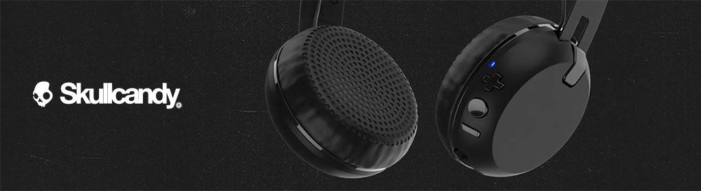Smarte Skullcandy Kopfhörer neben Skullcandy Logo