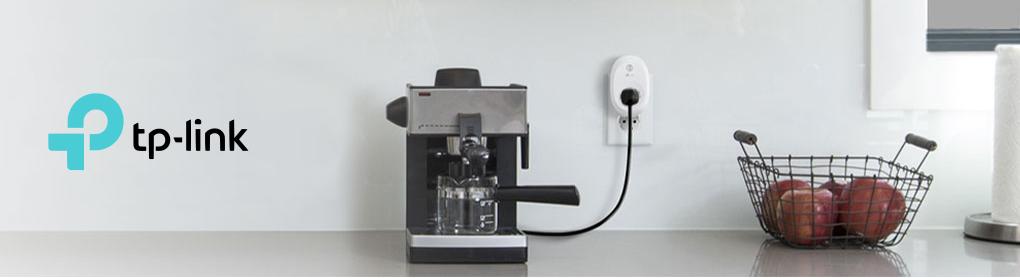Espressomaschine angeschlossen mit smarter TP-Link Steckdose neben Äpfeln und TP-Link Logo