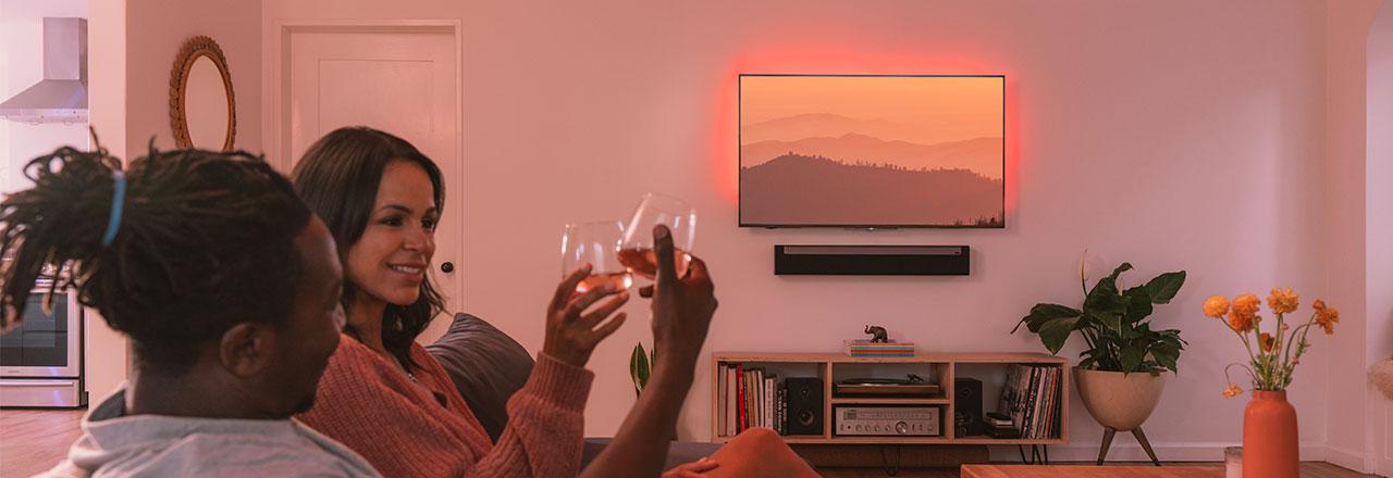 Yeelight paar auf Sofa mit romantischer Beleuchtung und Wein