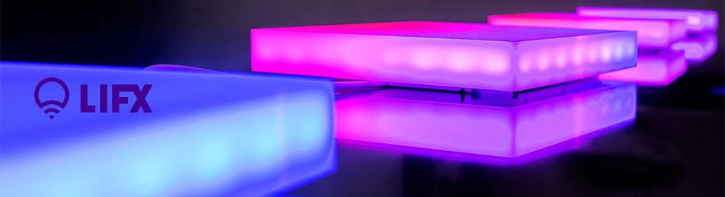 Nahaufnahme farbiger smarter LIFX Leuchtpanele mit LIFX Logo