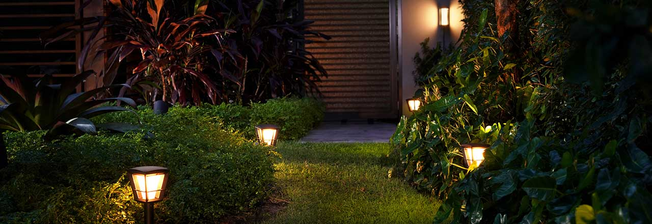 Bewachsener Garten mit smarter Beleuchtung