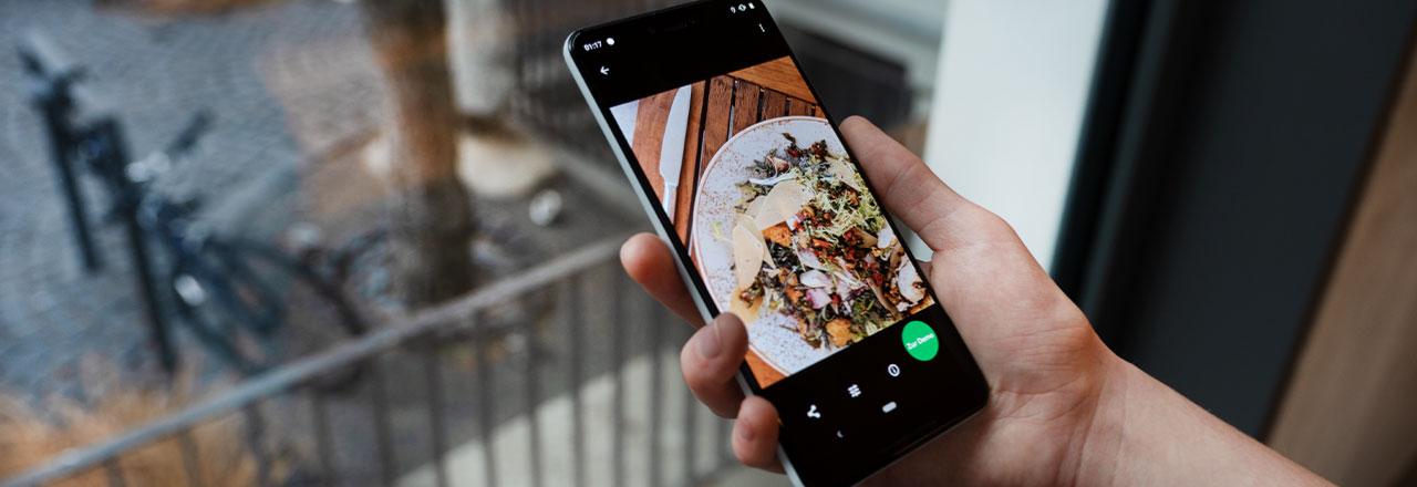 Google Pixel mit geöffnetem Foto von Essen