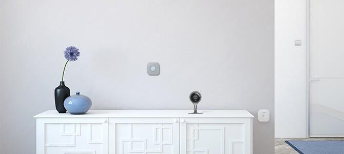 Nest Innenkamera auf weißem Sideboard mit Blumenvase