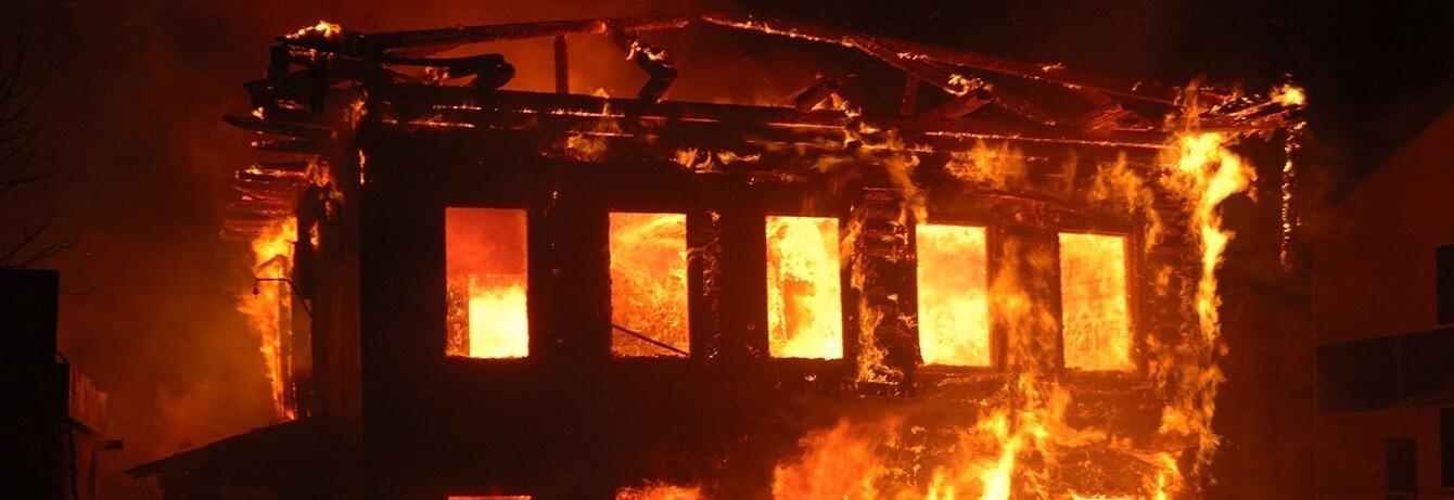 Großflächiger Hausbrand - Haus in Flammen