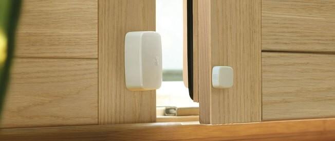 Tür- und Fenstersensor an Holztüre angebracht, welche einen Spalt offen steht