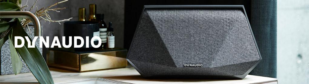 Smarter Dynaudio Lautsprecher neben Dynaudio Logo