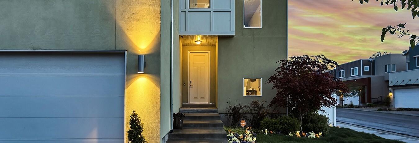 Haus in Dämmerung mit smarter Beleuchtung